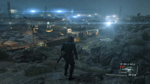 「潛龍諜影 5: 原爆點 (Metal Gear Solid V:  Ground Zeroes)」- 電腦對照 PlayStation 4 的互動比較圖 #1